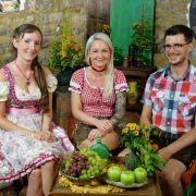 Auf dem Scheunenfest lernt der bayrische Bio-Bauer Anton (33) aus dem Allgäu Ann-Cathrin (l.) und Sarah näher kennen.