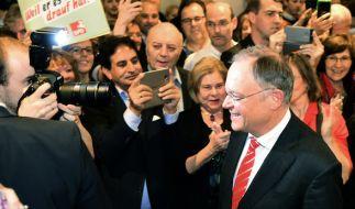 Niedersachsens Ministerpräsident Stephan Weil (SPD, mit Krawatte) wird auf Wahlparty der SPD von seinen Partefreunden gefeiert. (Foto)
