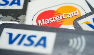 Die Auswahl an Kreditkarten ist groß. Verbraucher sollten bei den Angeboten darauf achten, ob eine Teilzahlung im Antrag voreingestellt ist - und diese teure Rückzahloption besser vermeiden. (Foto)