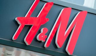 H&M soll überproduzierte Kleidung einfach verbrennen. (Foto)