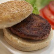 Ein Burger, der aus künstlichem Fleisch besteht und von Professor Mark Post an der Universität Maastricht entwickelt worden ist. (Foto)