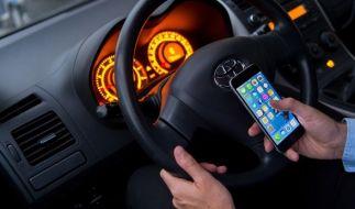 Der Gesetzgeber hat das Handy-Verbot am Steuer verschärft. (Foto)