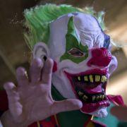 Horror-Clown geht mit Axt auf Mädchen los (Foto)