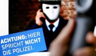 Das Plakat warnt vor Betrügern, die sich am Telefon als Polizisten ausgeben. (Foto)
