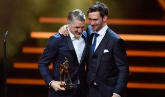 """Bastian Schweinsteiger erhielt 2016 den Bambi in der Kategorie """"Ehrenpreis der Jury"""" von Kumpel Felix Neureuther. (Foto)"""