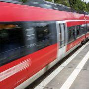 Schock-Video! Mann stößt Frau auf Bahn-Gleise (Foto)