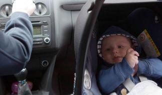 """Baby an Bord: Die meisten Kindersitze fürs Auto sind """"gut"""", wie Stiftung Warentest ermittelt hat. (Foto)"""