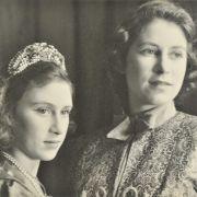 Prinzessin Elizabeth, hier mit ihrer jüngeren Schwester Prinzessin Margaret, lernte ihren späteren Ehemann Prinz Philip bereits als Teenager kennen.