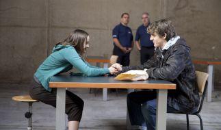 Jäckies (Oskar Bökelmann) besucht Simone (Lena Urzendowsky) in der Untersuchungshaft. (Foto)