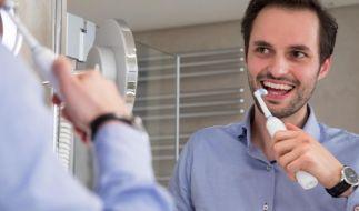 Viele empfinden das Putzen mit einer elektrischen Zahnbürste als bequemer. Auch dabei gilt es aber einiges zu beachten. (Foto)