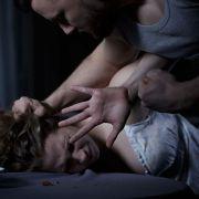 Mit brutaler Gewalt! Mann vergewaltigt eigene Mutter (Foto)