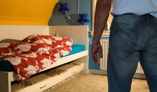 Ein Vater soll seine Tochter so schwer misshandelt haben, dass sie in Lebensgefahr schwebt (Symbolbild). (Foto)