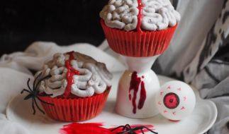 Gruselig, aber lecker: Unter dem Gehirnguss verbergen sich Muffins mit Himbeeren. (Foto)