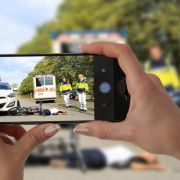 Keiner half! Gaffer fotografieren brutalen Überfall (Foto)