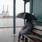 Menschen mit Ombrophobie bleiben bei schlechtem Wetter lieber zu Hause, den Regen ist für sie das Schlimmste.
