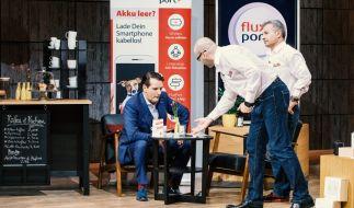 """""""Die Höhle der Löwen""""-Investor Ralf Dümmel lässt sich """"FluxPort"""" vom Gründer-Duo Nejmettin Cinar (r.) und Sener Abanzoglu erklären. (Foto)"""