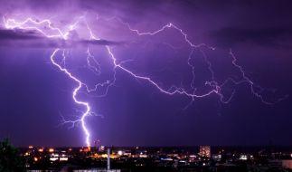 Die Wahrscheinlichkeit, in Deutschland von einem Blitz getroffen zu werden, ist sehr gering. Jährlich werden im Durchschnitt rund 130 Menschen verletzt, drei bis vier kommen durch Blitzeinschläge ums Leben. (Foto)