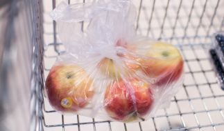 Die Plastiktütchen für Obst und Gemüse sollen bei Rewe verschwinden. (Foto)