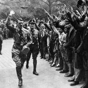 Lehrer soll Schulklasse zu Hitlergruß aufgefordert haben (Foto)