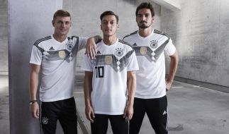 Toni Kroos, Mesut Özil und Mats Hummels tragen das neue Trikot der deutschen Fußball-Nationalmannschaft für die FIFA Fußball-Weltmeisterschaft in Russland 2018. (Foto)