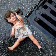 Zwillinge (2) nackt am Straßenrand gefunden - Teenie-Mutter angeklagt (Foto)