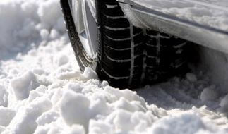 Im Winter sollten Autofahrer stets Winterreifen aufgezogen haben. (Foto)