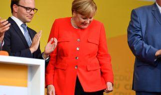 Merkel wurde bei einer Wahlkampfveranstaltung mit Tomaten beworfen. (Foto)