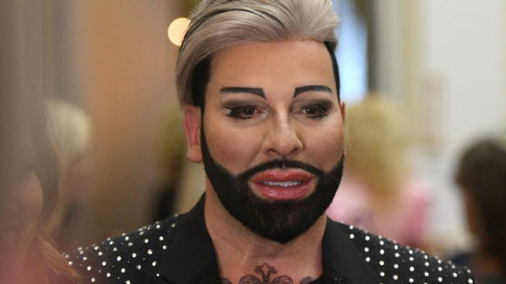 Modezar Harald Glööckler ist ein wandelndes Gesamtkunstwerk - Schönheitsoperationen und Botox sei Dank.