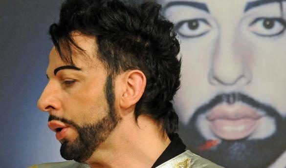 2010 riskierte der exzentrische Designer bereits in aller Öffentlichkeit eine dicke Lippe, wie dieser Schnappschuss beweist.