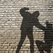 Mann misshandelt Ehefrau vor laufender Kamera - das ist der Grund (Foto)
