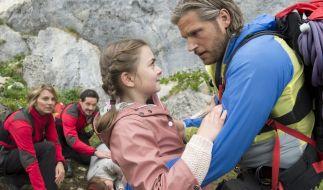 Markus (Sebastian Ströbel, r.) versucht, Mia (Mia-Sophie Ballauf, 2.v.r.) von ihren schwer verletzten Eltern abzulenken. (Foto)