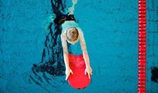 In Baden-Württemberg soll sich ein Schwimmlehrer an mehreren Kindern vergangen haben. (Foto)