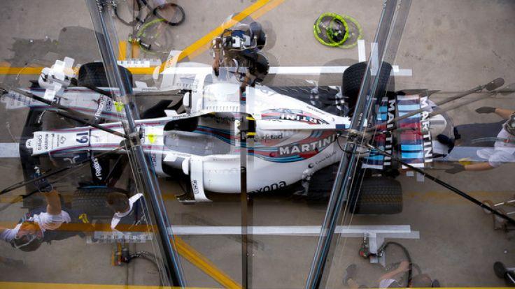 Formel 1, Großer Preis von Brasilien, Vorbereitungen am 10.11.2017 im Interlagos Autodrome in Sao Paulo (Brasilien). Teams arbeiten an einem Rennwagen bei den Vorbereitungen für den GP.