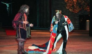 "Axel Holst als Herzog von Buckingham (l) in ""König Richard III."" von William Shakespeare. (Foto)"