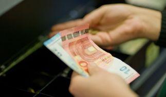 Weil die Jobcenter Geld sparen wollen, sollen Arbeitslose ihre Leistungen in Zukunft im Supermarkt erhalten. (Foto)