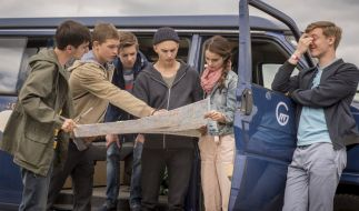 Toni (Ivo Kortlang), Jonas (Damian Hardung), Hugo (Nick Julius Schuck), Leo (Tim Oliver Schultz), Emma (Luise Befort) und Alex (Timur Bartels). (Foto)