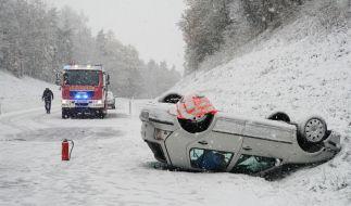 Der Wintereinbruch hat am Wochenende zu zahlreichen Unfällen geführt. (Foto)