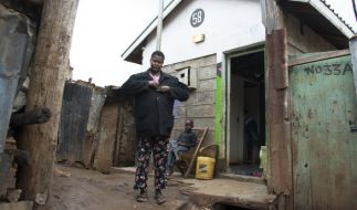 Pamela Owino vor einer öffentlichen Toilette in Kenia. (Foto)
