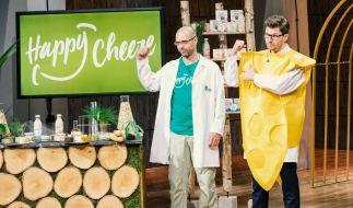 """Dr. Mudar Mannah (l.) und Rocky Wüst aus Cuxhaven präsentieren mit """"Happy Cheeze"""" veganen Käse. Sie erhoffen sich ein Investment von 500.000 Euro für 10 Prozent ihres Unternehmens. (Foto)"""