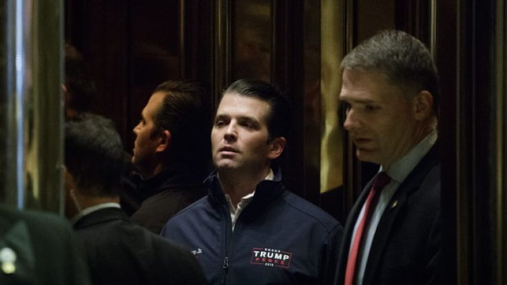 Donald Trump Jr. (m.) soll während des US-Wahlkampfs Kontakt mit der Enthüllungsplattform Wikileaks gehabt haben. (Foto)