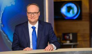 """Auch wenn ihm angesichts der Nachrichtenlage das Lachen im Hals stecken bleiben könnte: """"heute-show""""-Anchorman Oliver Welke macht gute Miene zum bösen Spiel. (Foto)"""