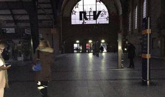 In der Eingangshalle des Hauptbahnhofs in Wiesbaden (Hessen) blieb es am Morgen dunkel. (Foto)