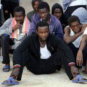 Fernseh-Teamfilmt Sklavenhandel mit Flüchtlingen (Foto)