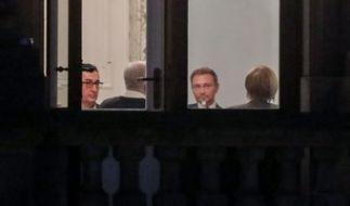 Der Vorsitzende von Bündnis 90/Die Grünen, Cem Özdemir, (l-r), Bayerns Ministerpräsident Horst Seehofer (CSU), der FDP-Parteivorsitzende Christian Lindner und Bundeskanzlerin Angela Merkel (CDU) am Verhandlungstisch. (Foto)