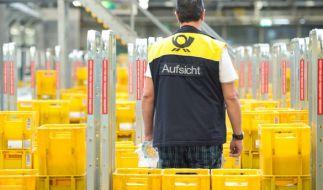 Ein Mitarbeiter der Deutschen Post im Briefverteilzentrum in Waiblingen. (Foto)