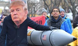 """Ein Demonstrant mit der Maske des US-Präsidenten Donald Trump in Berlin: Verschiedene Friedensorganisationen hatten zu der Veranstaltung unter dem Motto """"Stoppt die Eskalation - Atomwaffen ächten!"""" aufgerufen. (Foto)"""