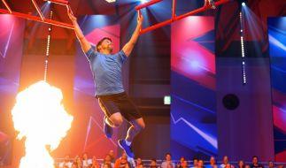 """Schauspieler Patrick Bach gibt beim Promi-Special von """"Ninja Warrior Germany"""" alles. (Foto)"""