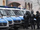Seit Donnerstagmorgen durchsucht die Polizei in und um Augsburg 13 Wohnungen (Symbolbild). (Foto)