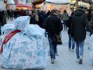 Auf dem Bochumer Weihnachtsmarkt sollen verpackte Terrorsperren für Weihnachtsstimmung sorgen. (Foto)