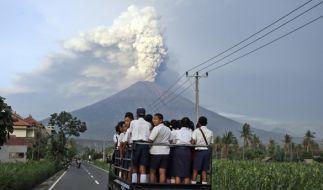 Rauch steigt auf dem aktiven Vulkan Gunung Agung auf Bali. (Foto)